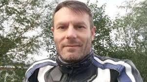 Muore dopo lo schianto in moto: un passante riprende l'agonia e la posta sui social