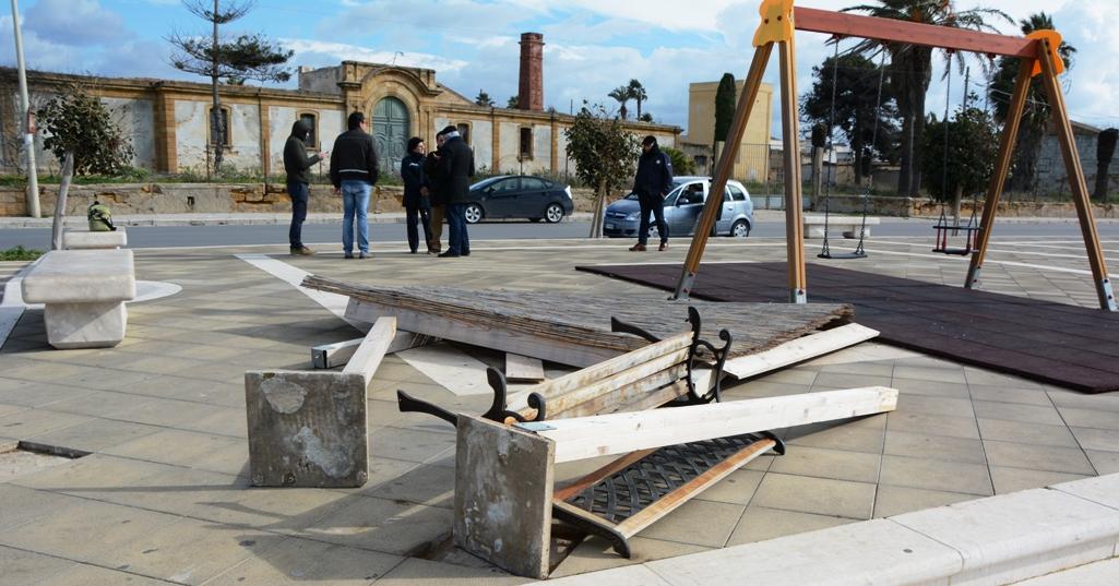 Panchina Lungomare : Mazara divelte una panchina e la tettoia del parco giochi del lungomare