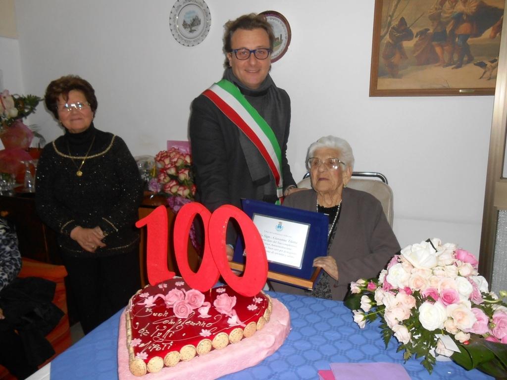 Il sindaco di castelvetrano festeggia una centenaria for Giovanni tilotta