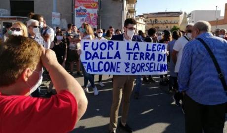 Salvini in Sicilia tra fischi e selfie (e poche mascherine ...)