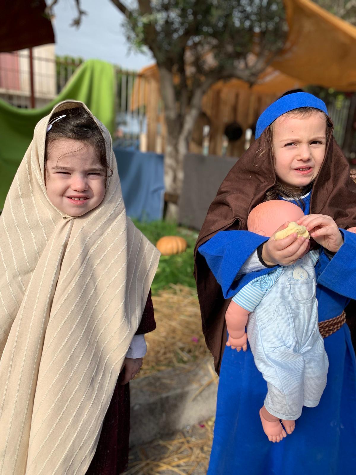 12e6a6017336 Gli antichi mestieri rappresentati da bambini in abiti dell epoca. Canta  storie