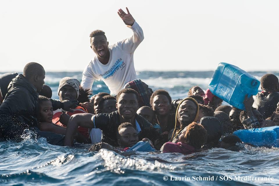 Profughi, affonda un gommone: 3 donne morte, una ventina di dispersi Video