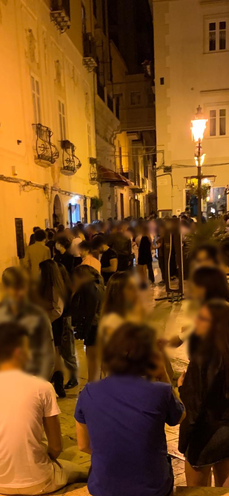 Come se nulla fosse: folla di giovani in centro, e litigi, nel sabato sera di Marsala