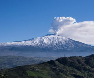 https://www.tp24.it/immagini_articoli/01-01-2019/1546331978-0-etna-remains-highly-active-million-damages.jpg