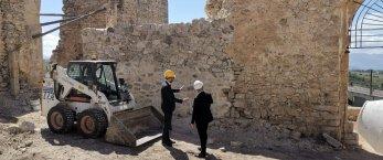 https://www.tp24.it/immagini_articoli/01-05-2019/1556697791-0-alcamo-cominciati-lavori-castello-calatubo.jpg