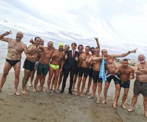 https://www.tp24.it/immagini_articoli/02-01-2020/1577966072-0-bagno-capodanno-fontane-gruppo-sportivi-stanchi-troppo.jpg