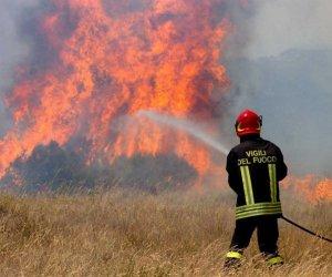 https://www.tp24.it/immagini_articoli/02-08-2020/1596382717-0-caldo-e-incendi-da-24-ore-bruciano-i-boschi-nel-palermitano.jpg
