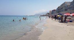 https://www.tp24.it/immagini_articoli/02-08-2020/1596384925-0-trapani-la-spiaggia-in-piazza-mercato-incantata-e-bistrattata.jpg
