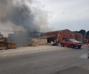 https://www.tp24.it/immagini_articoli/02-09-2020/1599056629-0-trapani-incendio-distrugge-azienda-di-materiale-edile.jpg