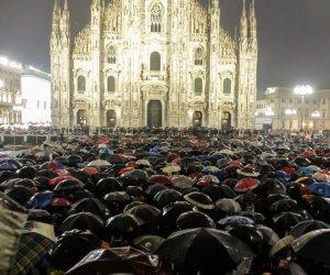 https://www.tp24.it/immagini_articoli/02-12-2019/1575266886-0-sardine-riempiono-piazza-duomo-milano-nonostante-pioggia.jpg