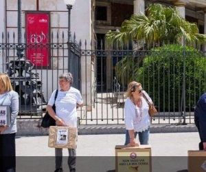 https://www.tp24.it/immagini_articoli/03-06-2019/1559574622-0-valigia-cartone-restare-sicilia.jpg