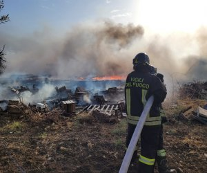 https://www.tp24.it/immagini_articoli/03-08-2021/1627975679-0-trapani-inferno-di-fuoco-in-contrada-milo-in-fiamme-una-discarica-abusiva.jpg