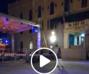 https://www.tp24.it/immagini_articoli/04-01-2020/1578121023-0-capodanno-solitario-ballerino-piazza-trapani-video.jpg