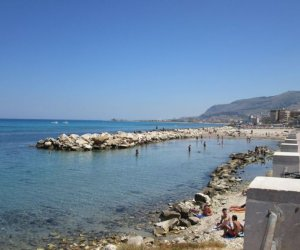 https://www.tp24.it/immagini_articoli/04-08-2018/1533388768-0-vandali-trapani-danneggiate-pedane-spiaggia-piazza-vittorio.jpg