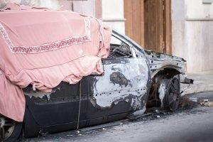 Trapani altra auto in fiamme ancora furti in negozi e for Finestra nella dacia