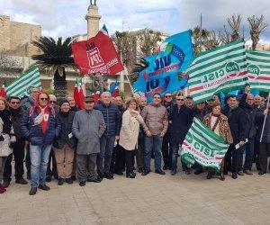 https://www.tp24.it/immagini_articoli/05-01-2019/1546684948-0-pensionati-trapani-hanno-protestato-davanti-prefettura.jpg