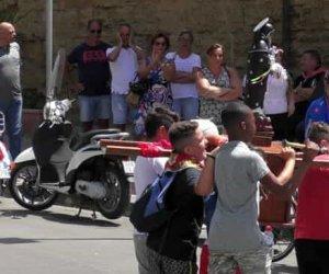 https://www.tp24.it/immagini_articoli/05-07-2020/1593963617-0-sicilia-il-coronavirus-non-ferma-la-processione-e-la-folla-di-san-calogero.jpg