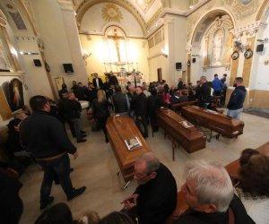 https://www.tp24.it/immagini_articoli/05-11-2018/1541412845-0-maltempo-funerali-domani-palermo-salme-chiesa-pelouche-bara-bimba.jpg
