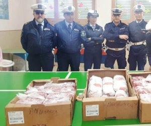 https://www.tp24.it/immagini_articoli/06-06-2019/1559801492-0-mazara-polizia-municipale-dona-carne-boccone-povero.jpg
