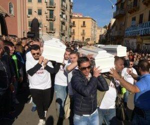https://www.tp24.it/immagini_articoli/06-11-2018/1541512967-0-maltempo-sicilia-disperazione-rabbia-funerali.jpg