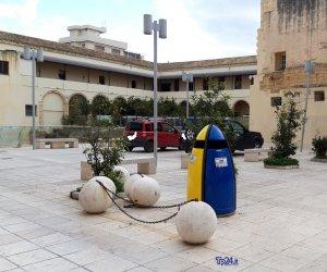 https://www.tp24.it/immagini_articoli/07-01-2020/1578393433-0-marsala-piazza-palle-buoni-propositi-2020.jpg