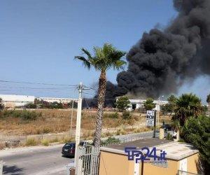 https://www.tp24.it/immagini_articoli/07-08-2019/1565167715-0-trapani-caldo-scirocco-vasto-incendio-zona-industriale-immagini.jpg