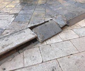 https://www.tp24.it/immagini_articoli/07-12-2018/1544198242-0-marsala-danno-piazza-loggia-montare-lalbero-natale-rotta-basola.jpg