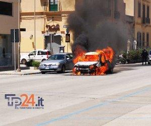https://www.tp24.it/immagini_articoli/08-05-2019/1557316829-0-trapani-auto-fuoco-dopo-tamponamento-centro-video-foto.jpg