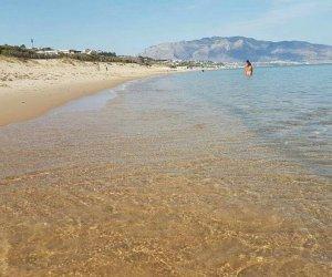 https://www.tp24.it/immagini_articoli/08-08-2020/1596911754-0-tragedia-sfiorata-ad-alcamo-marina-ragazzina-salvata-ad-un-gruppo-di-bagnanti.jpg