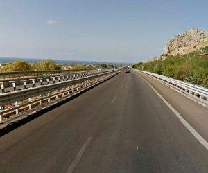 https://www.tp24.it/immagini_articoli/08-08-2021/1628420758-0-traffico-bloccato-per-un-incendio-sull-a29-palermo-mazara.jpg