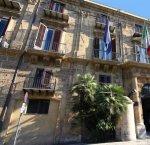 https://www.tp24.it/immagini_articoli/08-09-2018/1536420320-0-regione-sicilia-continua-pagare-debiti-societa-esiste.jpg