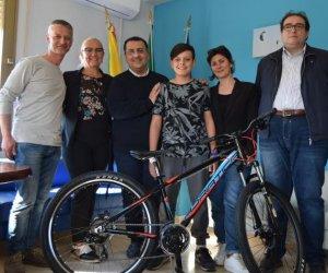 https://www.tp24.it/immagini_articoli/09-05-2018/1525877520-0-petrosino-studente-nosengo-vince-liniziativa-cammina-vinci-bicicletta.jpg