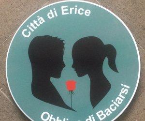 https://www.tp24.it/immagini_articoli/09-05-2021/1620554335-0-ad-erice-ci-sara-l-obbligo-di-baciarsi.jpg