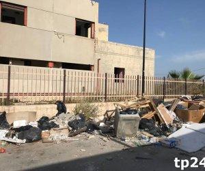 https://www.tp24.it/immagini_articoli/09-06-2018/1528520614-0-trapani-eternit-strada-rifiuti-vicino-porto-pescherccio.jpg
