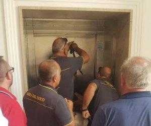 https://www.tp24.it/immagini_articoli/09-07-2019/1562674513-0-trapani-paura-palazzo-cavarretta-consigliere-resta-bloccato-ascensore-unora.jpg