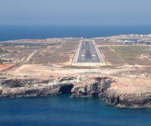 https://www.tp24.it/immagini_articoli/09-09-2019/1568060354-0-aereo-atterrare-lampedusa-traghetto-porto.jpg