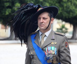 https://www.tp24.it/immagini_articoli/10-05-2018/1525905015-0-bersaglieri-trapani-colonnello-piccirillo-riceve-croce-dargento-merito.jpg