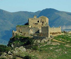 https://www.tp24.it/immagini_articoli/10-05-2018/1525939335-0-alcamo-visitare-castello-calatubo-delegazioni.jpg