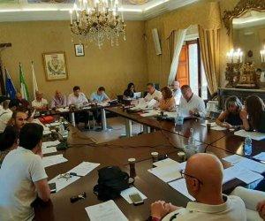https://www.tp24.it/immagini_articoli/10-07-2019/1562767748-0-erice-approvato-consiglio-regolamento-beni-confiscati-toscano-incontra-heller.jpg