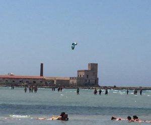 https://www.tp24.it/immagini_articoli/10-08-2019/1565447328-0-marsala-kiters-veleggiano-pericolosamente-bagnanti-teodoro.jpg