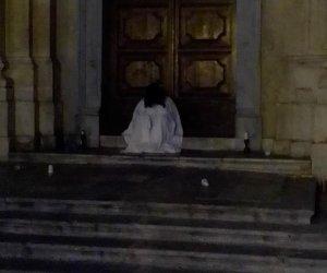 https://www.tp24.it/immagini_articoli/10-09-2019/1568100352-0-marsala-samara-seduta-davanti-chiesa-madre-partinico-scatta-denuncia.jpg