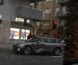 https://www.tp24.it/immagini_articoli/11-02-2020/1581411885-0-trapani-scontro-auto-corso-mattarella-ferita-donna-immagini.jpg