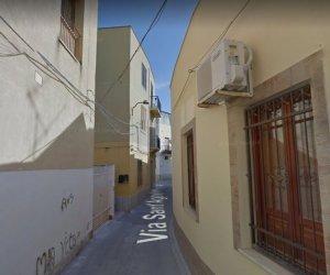 https://www.tp24.it/immagini_articoli/11-05-2018/1525992292-0-mazara-strada-stretta-lauto-passa-obbligato-viene-multato-stesso.jpg