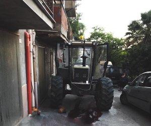 https://www.tp24.it/immagini_articoli/11-07-2019/1562821858-0-sicilia-dimentica-mettere-freno-mano-muore-schiacciato-trattore.jpg
