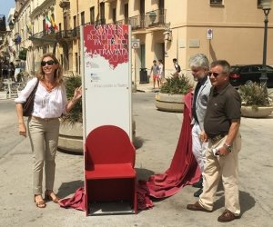 https://www.tp24.it/immagini_articoli/11-07-2019/1562854025-0-collocate-centro-storico-trapani-poltrone-teatro-liniziativa-dellente-luglio.jpg