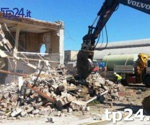 https://www.tp24.it/immagini_articoli/11-08-2019/1565524802-0-erice-demolita-villetta-abusiva-pizzolungo-proprietari-fanno-esposto-procura.jpg