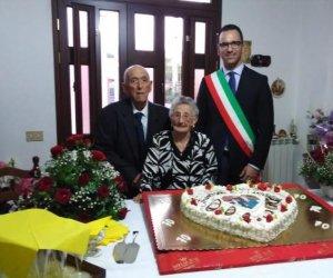 https://www.tp24.it/immagini_articoli/11-10-2018/1539247910-0-valderice-coniugi-croce-festeggiano-anniversario-matrimonio.jpg