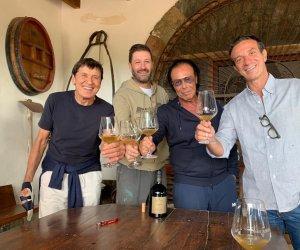 https://www.tp24.it/immagini_articoli/11-10-2021/1633929235-0-il-brindisi-di-venditti-morandi-e-ficarra-alle-cantine-de-bartoli-a-pantelleria.jpg