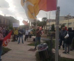 https://www.tp24.it/immagini_articoli/11-10-2021/1633968264-0-trapani-in-cinquanta-allo-sciopero-generale-presente-il-professore-dominici.jpg