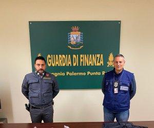 https://www.tp24.it/immagini_articoli/11-12-2019/1576056967-0-sicilia-sbarca-aeroporto-passaporti-falsi-tante-ciabatte-contraffatte.jpg